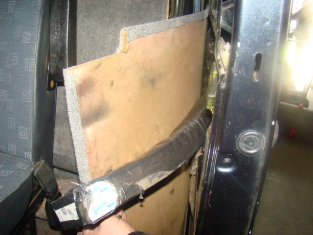 Țigări de contrabandă ascunse în pereții microbuzului și în cântare