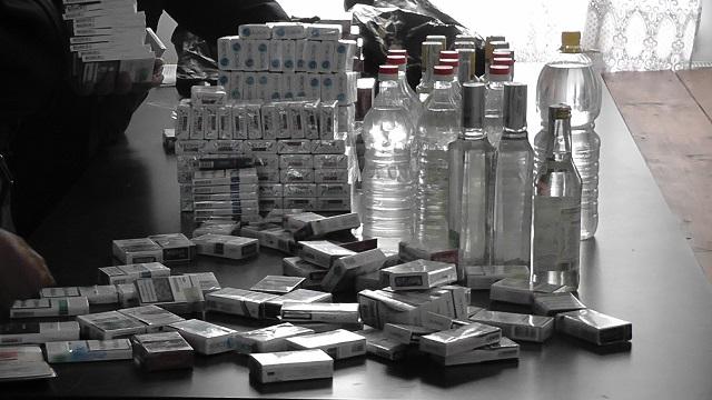 Amendă de 5.000 lei pentru 300 de pachete de țigări și 4 litri de votcă ucrainene, la Vama Siret