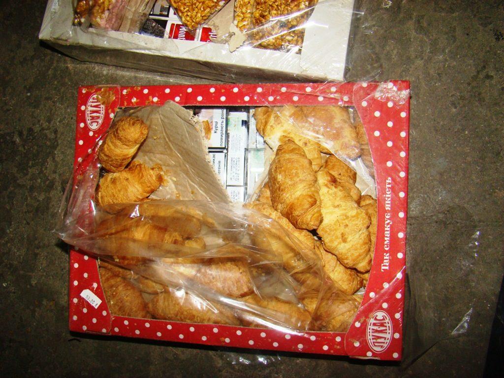 Țigări de contrabandă ascunse în cutii de prăjituri