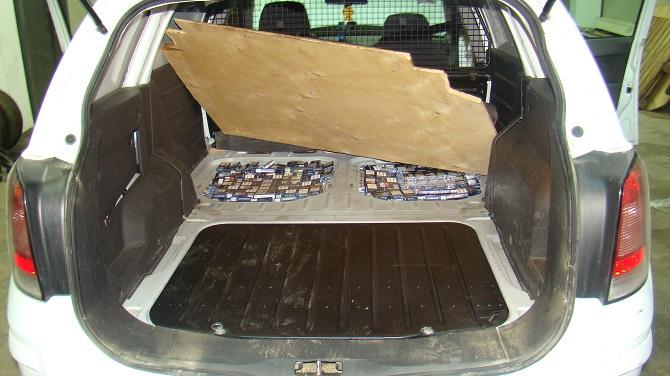 Țigări de contrabandă ascunse în podeaua autoturismului, la Siret