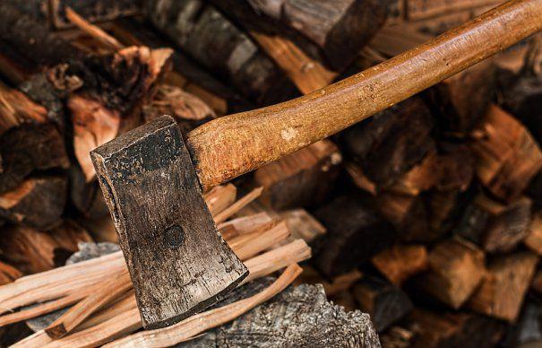 Un băiat de 15 ani din Cornu Luncii și-a tăiat un deget în timp ce tăia lemne