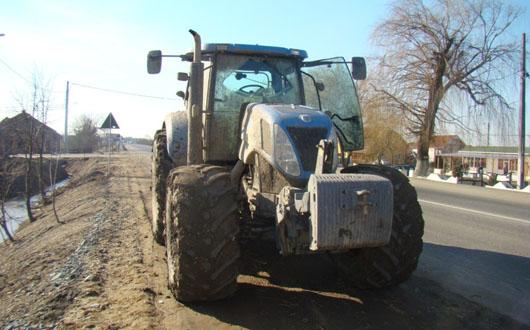 Minor depistat de polițiști conducând un tractor cu remorcă, la Cajvana