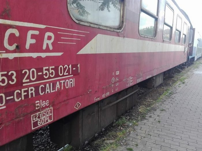 Locomotiva trenului Suceava – Cacica a deraiat la Părhăuți din cauza viiturilor. Nu sunt victime