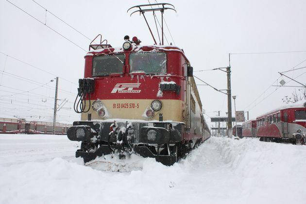 Cursa feroviară Vatra Dornei – București Nord afectată de ninsori și vânt puternic