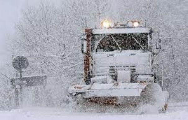 Iarna a debutat în Suceava cu un accident! O sărăriță a izbit o mașină în care se aflau patru persoane