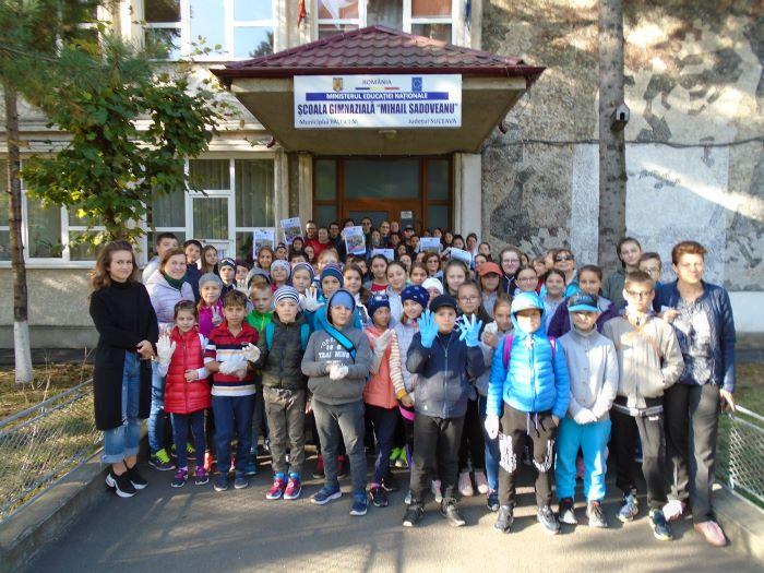 FOTO Elevii Școlii Gimnaziale Mihail Sadoveanu din Fălticeni s-au alăturat campanieiLet's Do It, Romania! 93 de voluntari au ieșit de dimineață pentru străzi mai curate